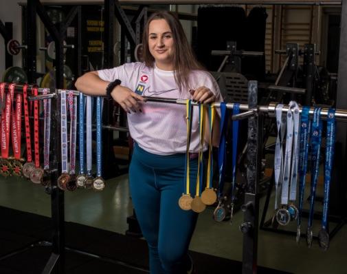 Sarah Fischer zeigt ihre Medaillen
